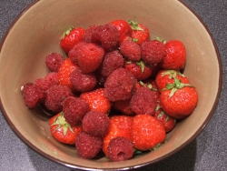 color photograph of strawberries and raspberries (c) Katrien Vander Straeten