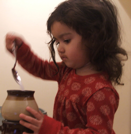Amie filling sugar pot (c) Katrien Vander Straeten