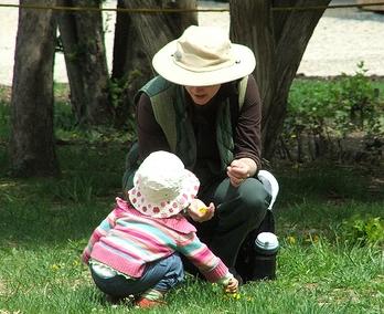 Mama and Amie picking flowers (c) Katrien Vander Straeten