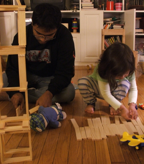 Baba and Amie building with Kapla (c) Katrien Vander Straeten