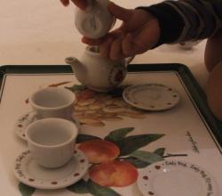 Amie pours tea, 26 Jan 2008 (c) Katrien Vander Straeten