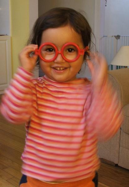 Amie and the doctor's glasses (c) Katrien Vander Straeten